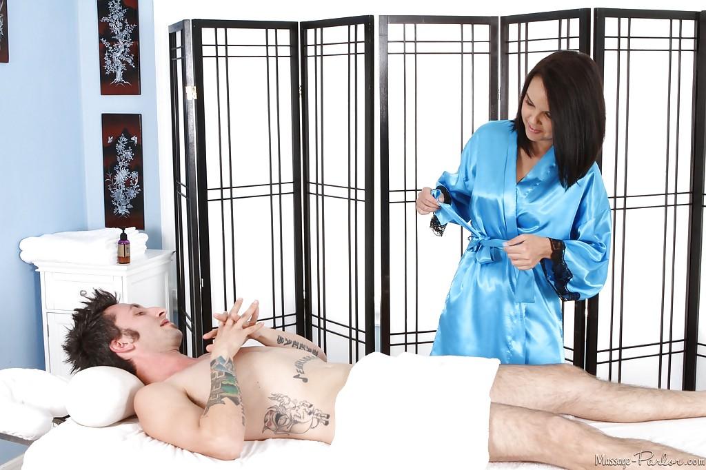 Массажистка Dillion Harper отсасывает парню и принимает сперму на грудь 6 фото