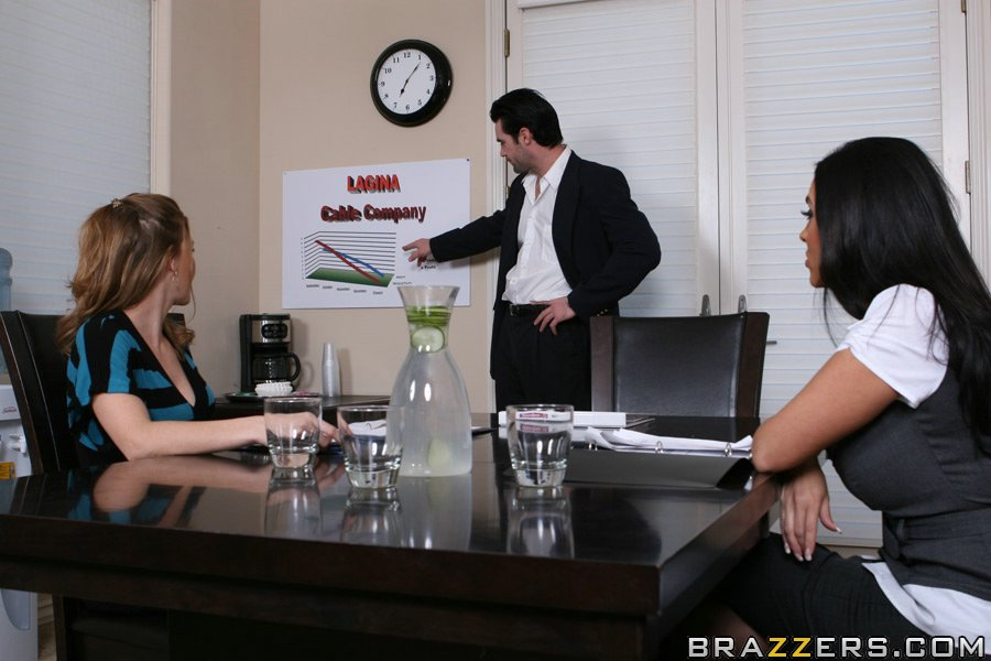 Начальница Veronica Rayne трахается с коллегой на столе и полу кабинета 1 фото