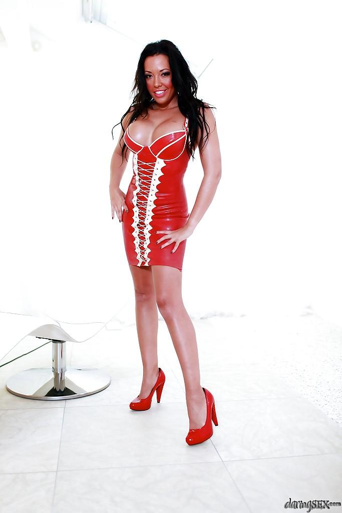Мамаша Tamara Grace в латексном платье оголяет пирсингованные титьки 8 фото