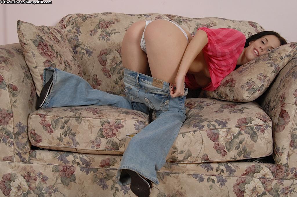 Брюнетка в рваных джинсах дрочит письку на кастинге 7 фото