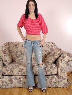 Брюнетка в рваных джинсах дрочит письку на кастинге