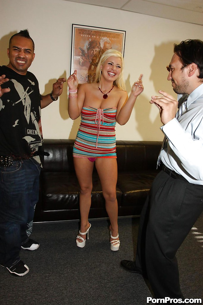 Негр трахает на диване Andi Anderson и заливает ее лицо спермой 2 фото