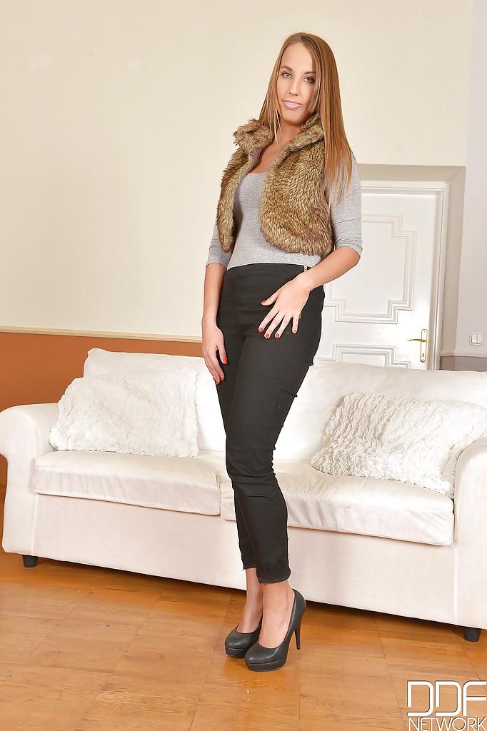 Венгерка Lina Dean раздевается догола на белом диване 1 фото