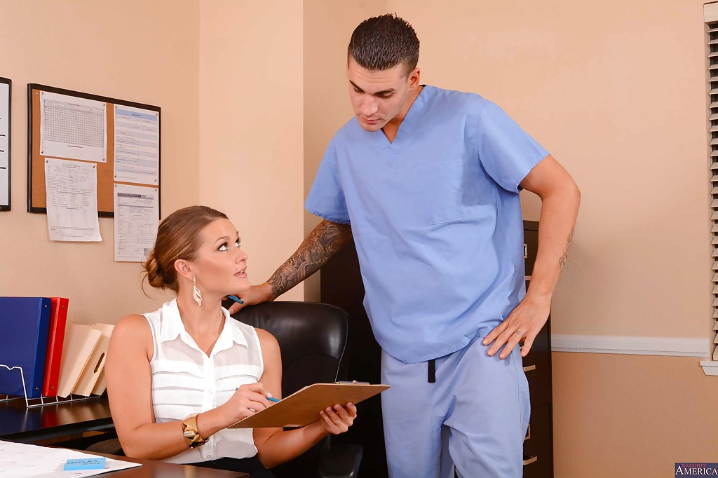 Abby Cross трахается с медбратом не отходя от рабочего места 1 фото