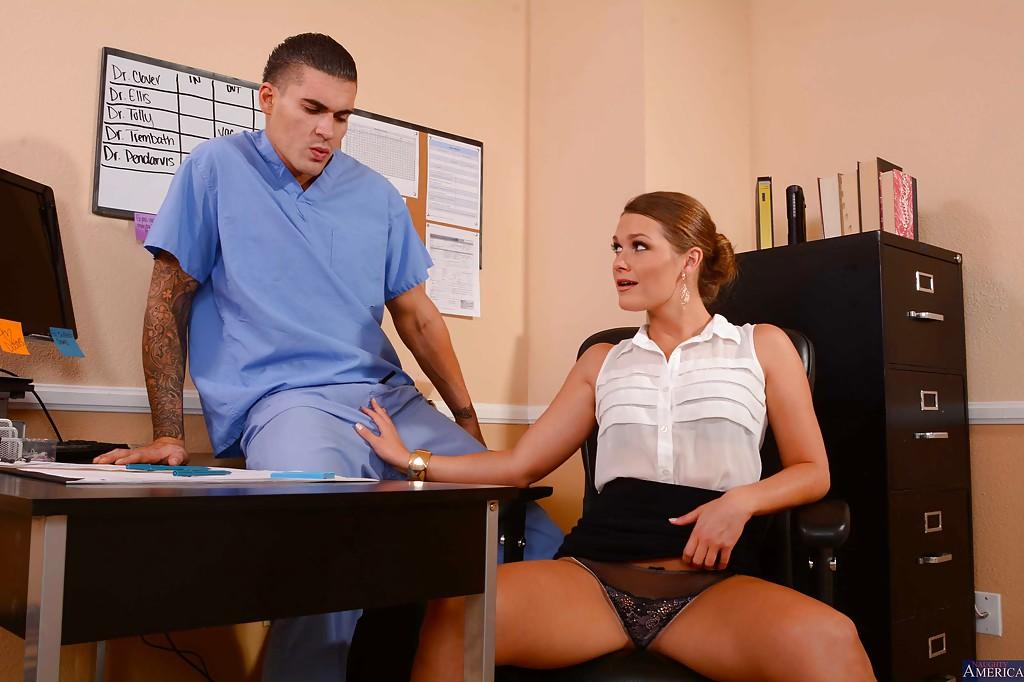 Abby Cross трахается с медбратом не отходя от рабочего места 2 фото