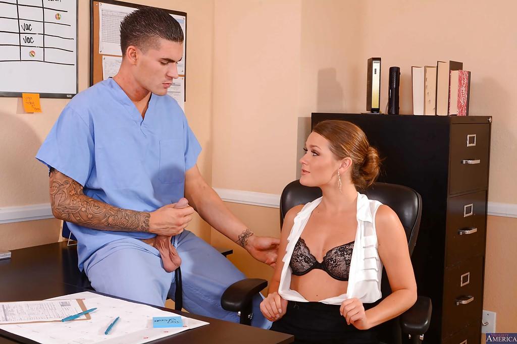 Abby Cross трахается с медбратом не отходя от рабочего места 3 фото
