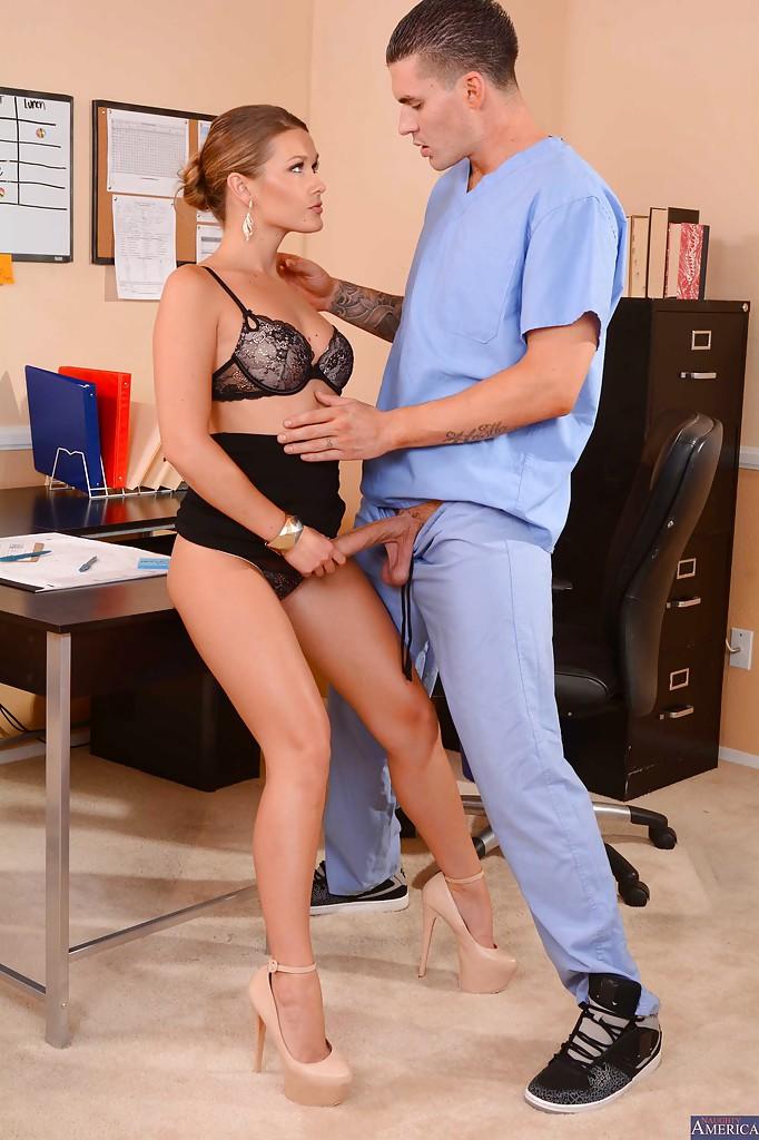 Abby Cross трахается с медбратом не отходя от рабочего места 9 фото