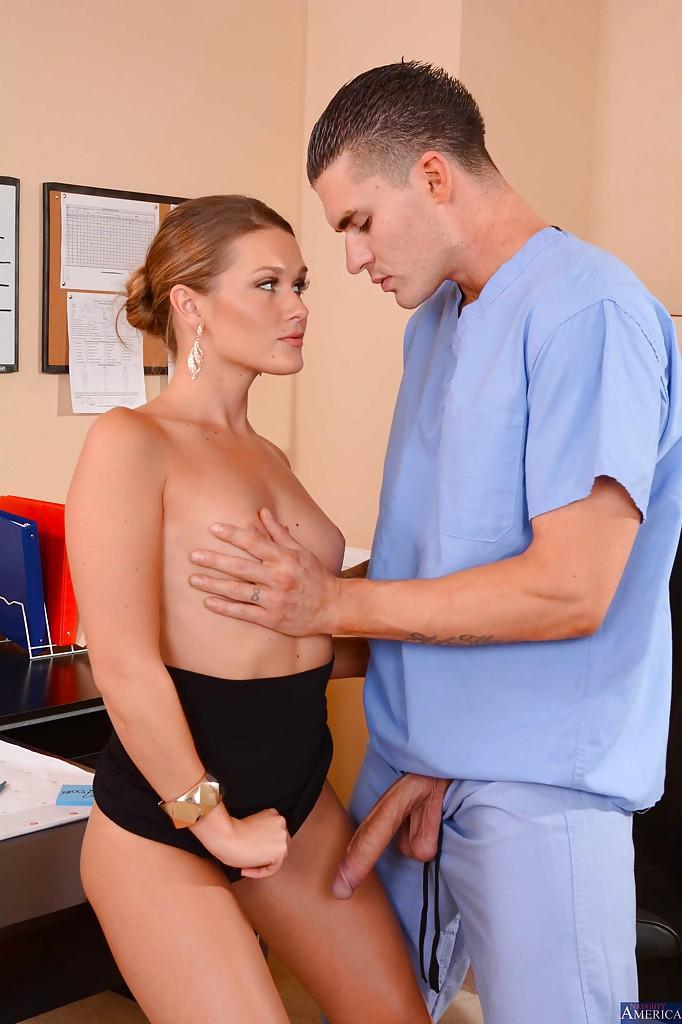 Abby Cross трахается с медбратом не отходя от рабочего места 10 фото