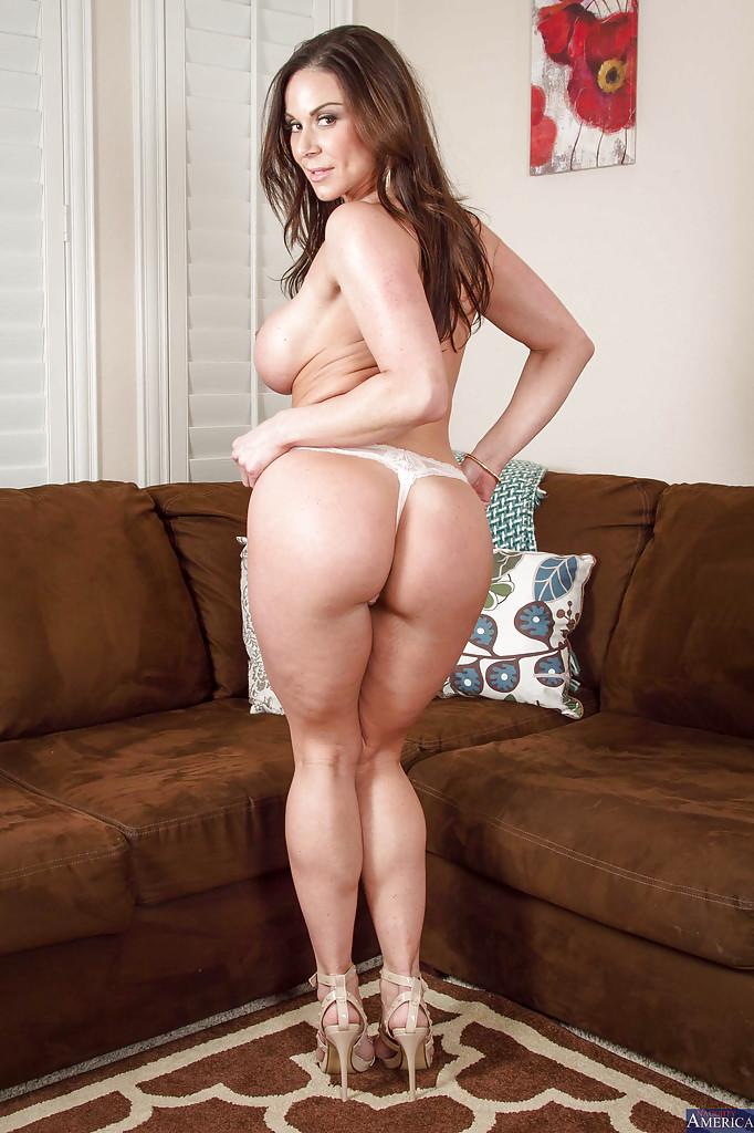 Kendra Lustв красном платье раздевается у коричневого дивана 8 фото
