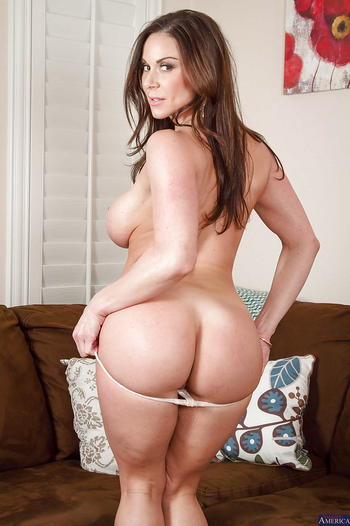 Kendra Lustв красном платье раздевается у коричневого дивана 11 фото
