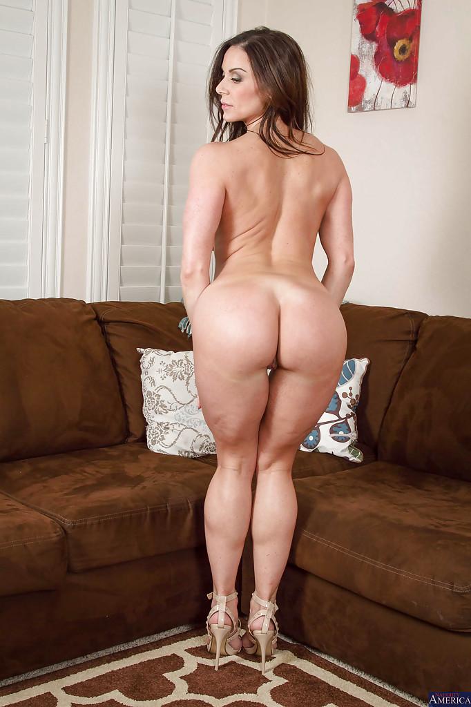Kendra Lustв красном платье раздевается у коричневого дивана 14 фото