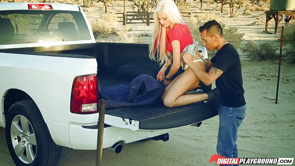 Азиатский парень шпилит татуированную Rikki Six в кузове пикапа 2 фото
