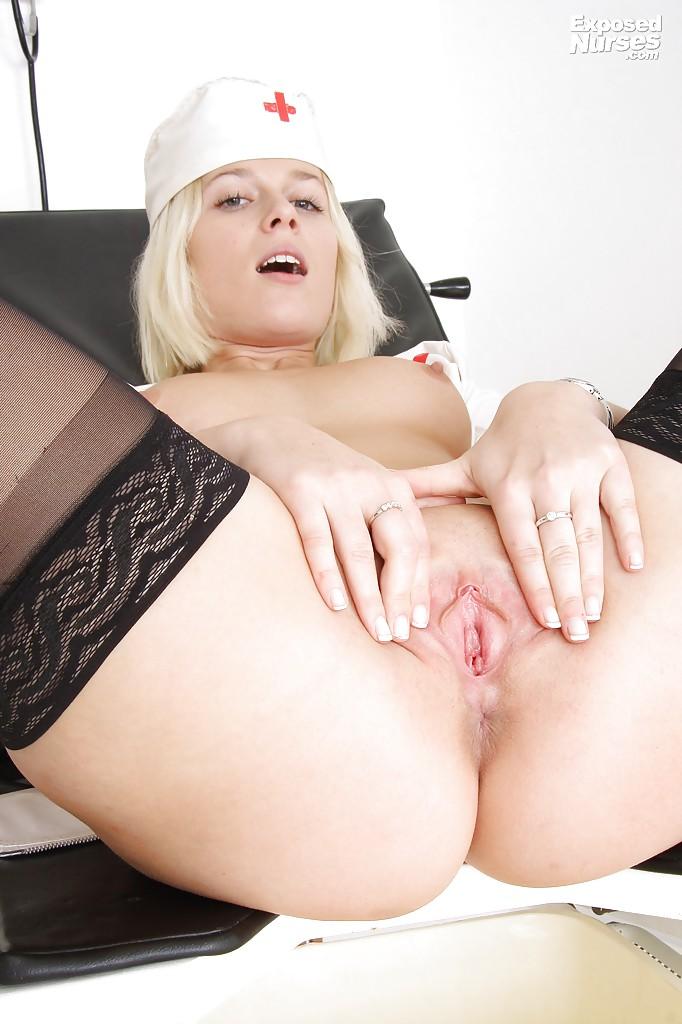 Молодая медсестра в чулках играется с расширителем вагины на работе 8 фото