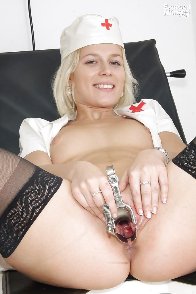 Молодая медсестра в чулках играется с расширителем вагины на работе 16 фото