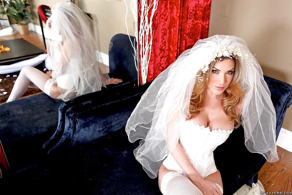 30-летняя невеста с силиконовыми титьками забирается на кровать в туфлях 1 фото