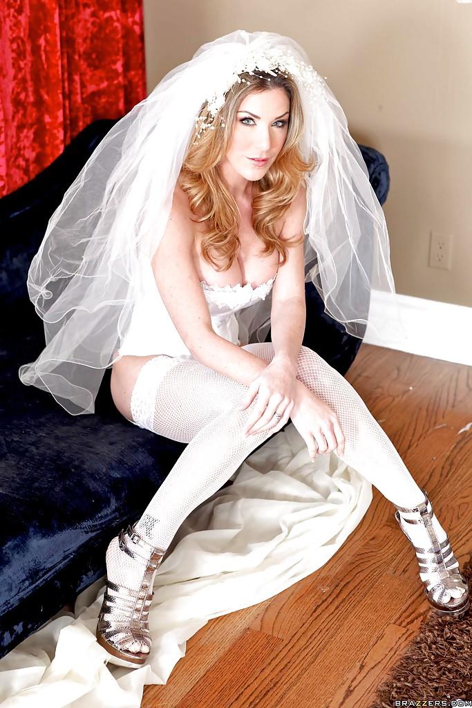 30-летняя невеста с силиконовыми титьками забирается на кровать в туфлях 2 фото