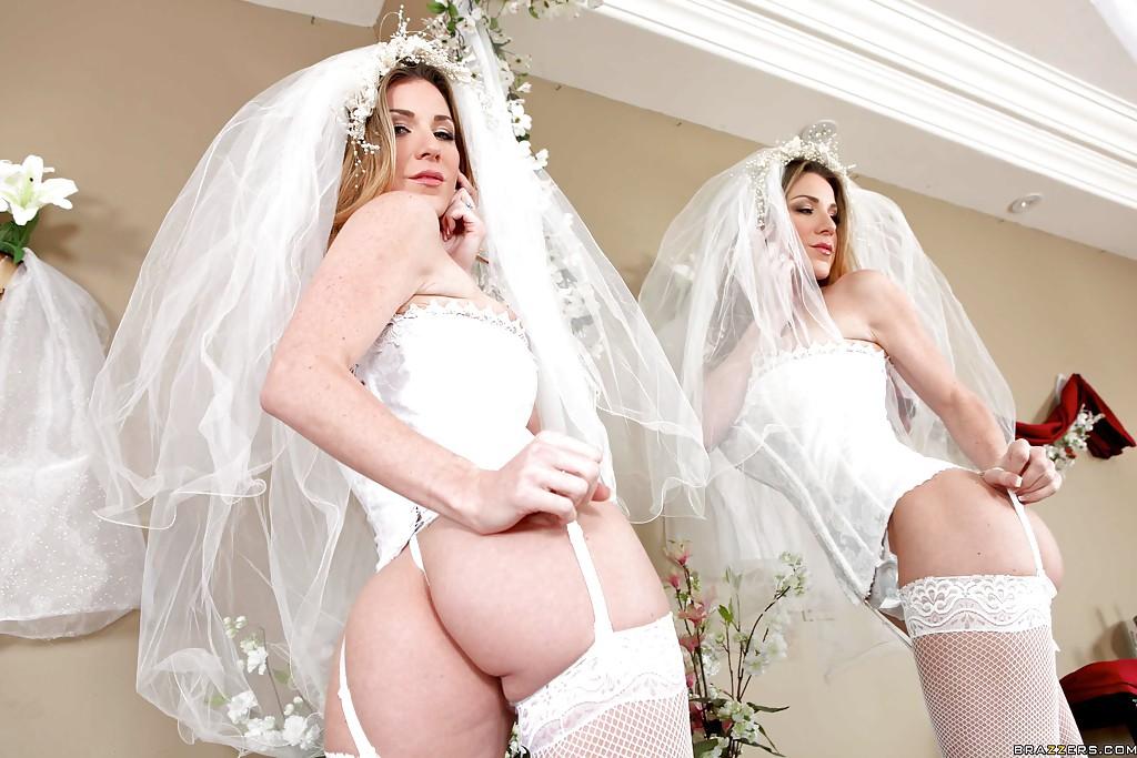 30-летняя невеста с силиконовыми титьками забирается на кровать в туфлях 4 фото