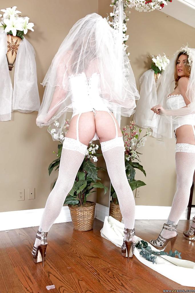 30-летняя невеста с силиконовыми титьками забирается на кровать в туфлях 5 фото