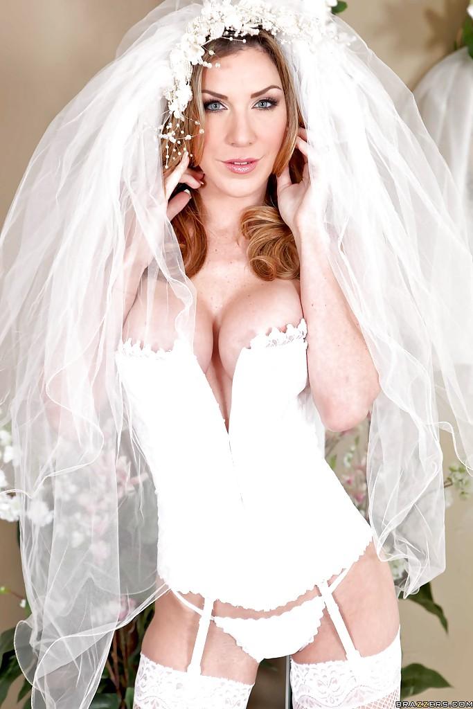 30-летняя невеста с силиконовыми титьками забирается на кровать в туфлях 6 фото