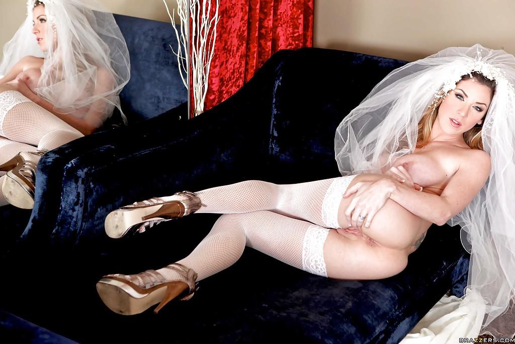 30-летняя невеста с силиконовыми титьками забирается на кровать в туфлях 16 фото