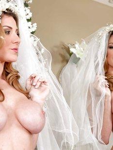30-летняя невеста с силиконовыми титьками забирается на кровать в туфлях