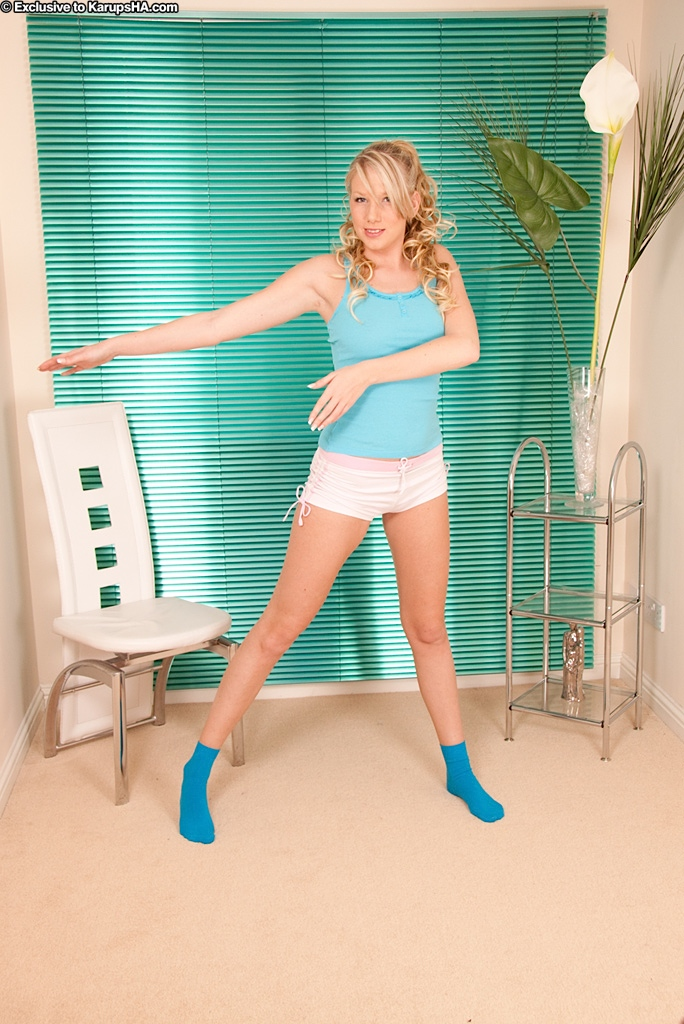 Danielle Maye раздевается у белого стула во время зарядки 2 фото