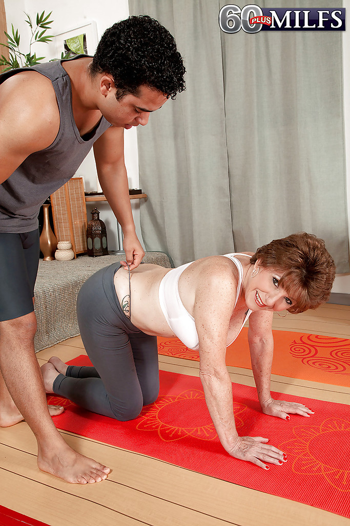 Молодой мулат трахает грудастую бабу на коврике для йоги 1 фото