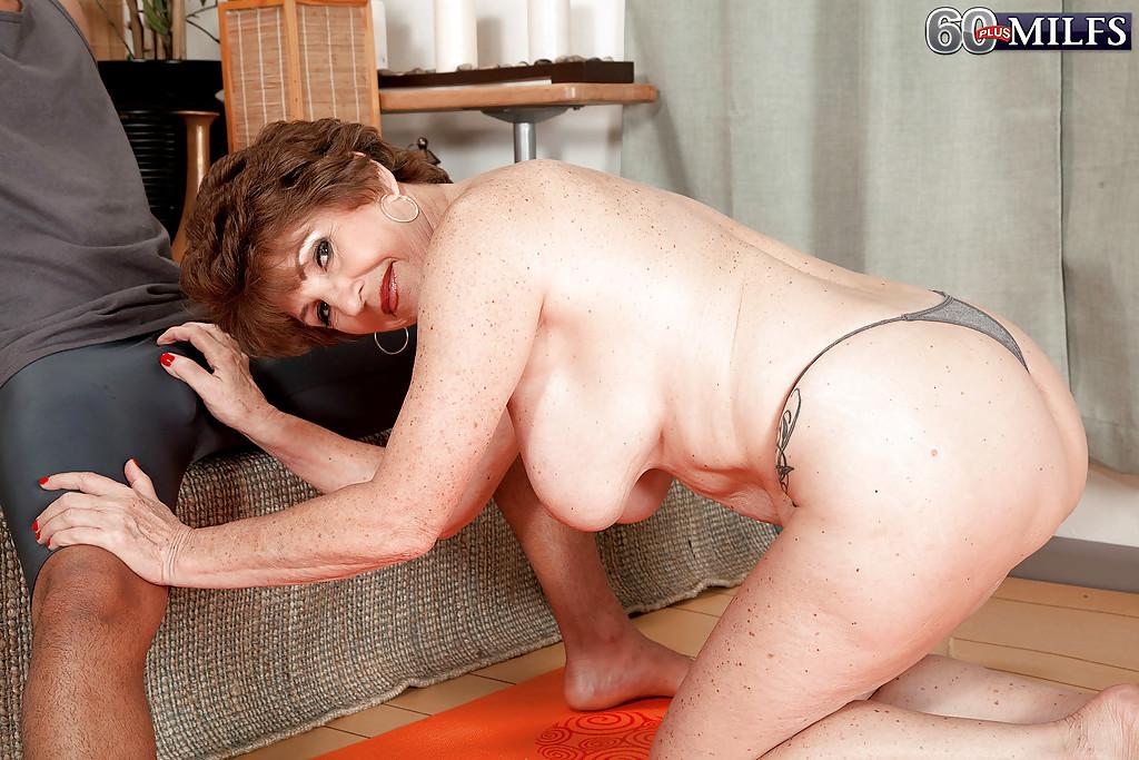 Молодой мулат трахает грудастую бабу на коврике для йоги 5 фото