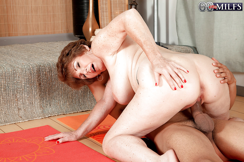 Молодой мулат трахает грудастую бабу на коврике для йоги 8 фото