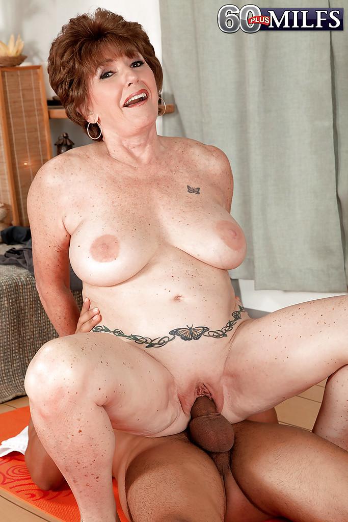 Молодой мулат трахает грудастую бабу на коврике для йоги 12 фото