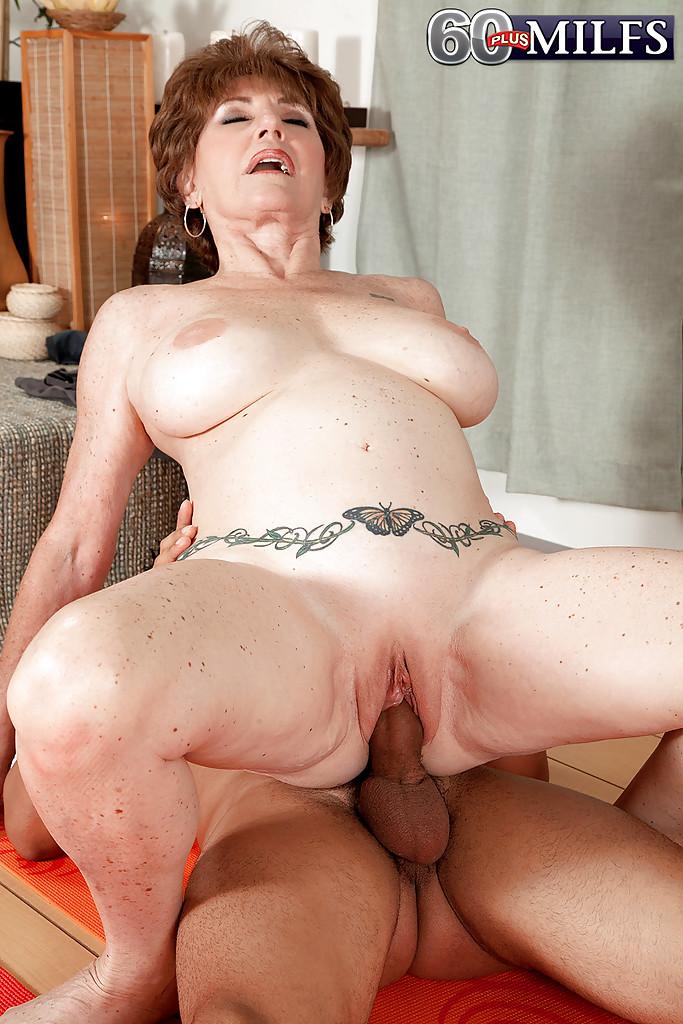 Молодой мулат трахает грудастую бабу на коврике для йоги 13 фото