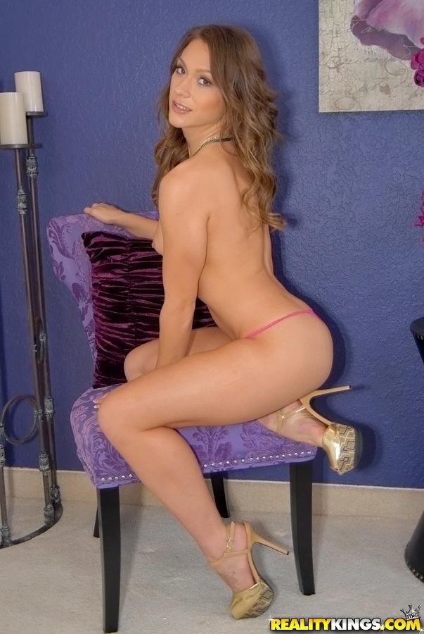 Длинноногая чувиха в красном платье раздевается у фиолетового стула 10 фото