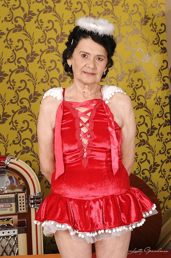 Бабуля в платье ангела мастурбирует волосатую вагину 1 фото