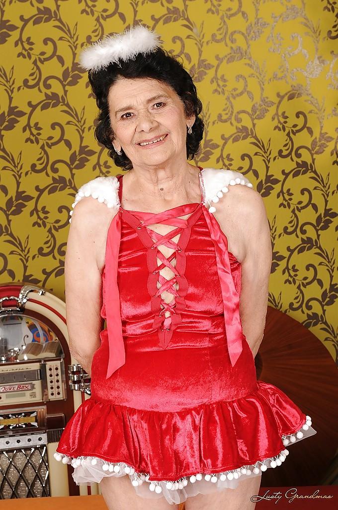 Бабуля в платье ангела мастурбирует волосатую вагину 2 фото