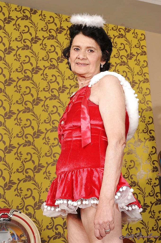 Бабуля в платье ангела мастурбирует волосатую вагину 3 фото