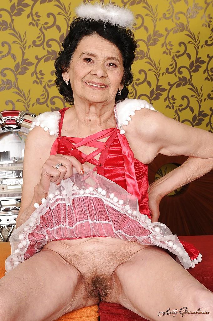 Бабуля в платье ангела мастурбирует волосатую вагину 8 фото