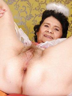 Бабуля в платье ангела мастурбирует волосатую вагину