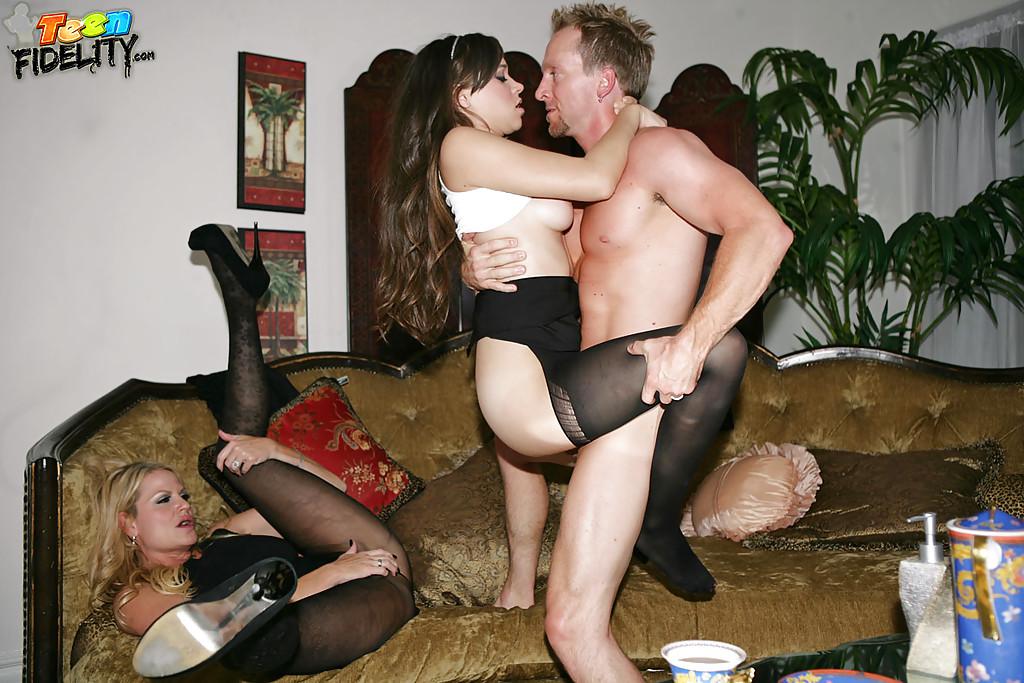 Мужик трахает жену с подругой на роскошном диване 6 фото