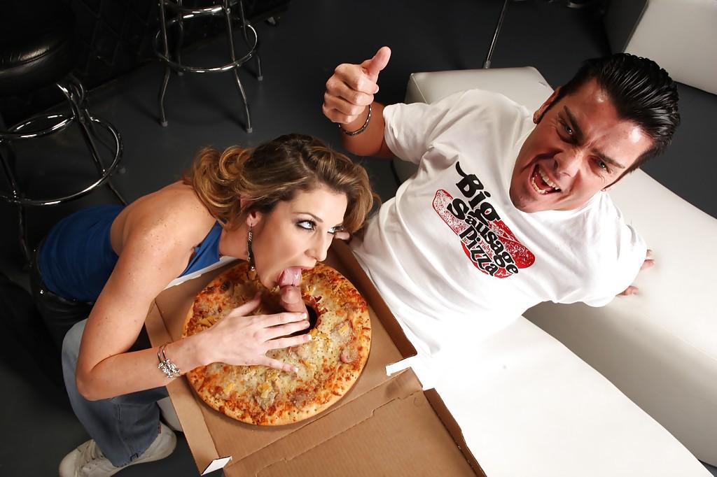 Доставщик пиццы трахает домохозяйку с силиконовыми сиськами 4 фото