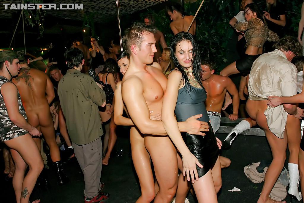 Пьяные дамочки сосут и трахаются со стриптизерами 2 фото