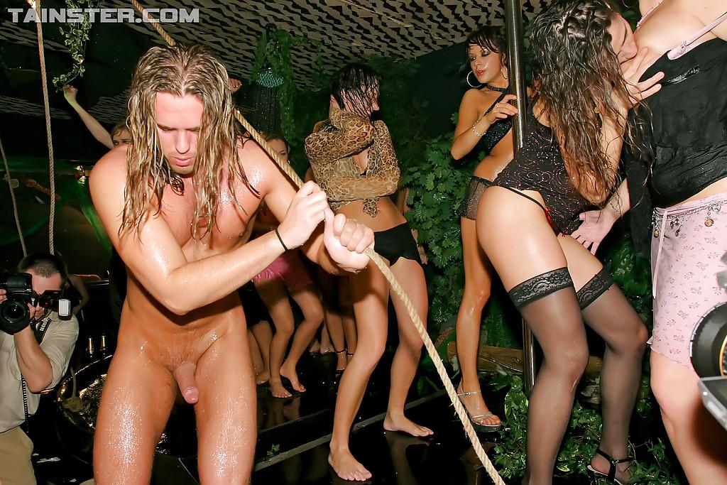 Пьяные дамочки сосут и трахаются со стриптизерами 7 фото