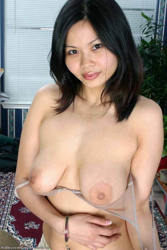 Азиатская малышка нежится голышом на полу 4 фото