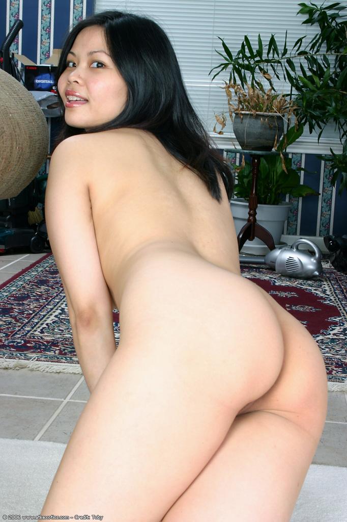 Азиатская малышка нежится голышом на полу 11 фото