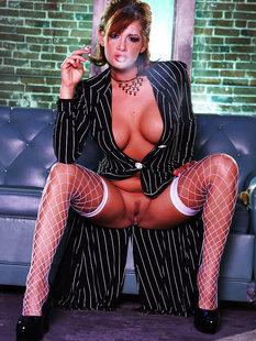 Курящая Tory Lane снимает костюм и остается в сетчатых чулках