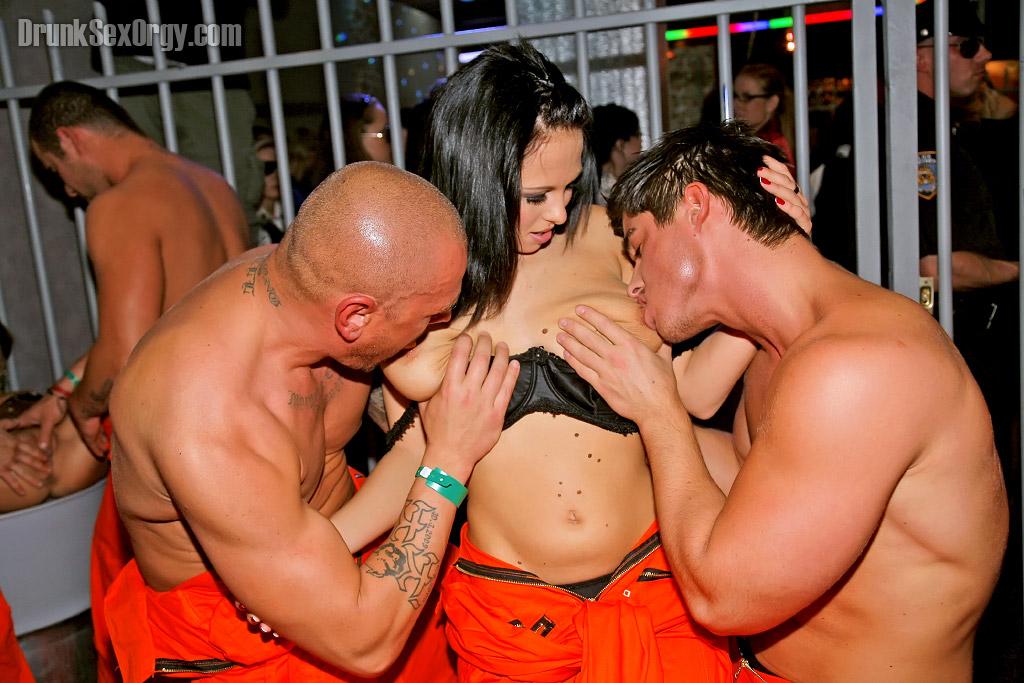 Накачанные мужики трахают выпивших красоток в ночном клубе 6 фото