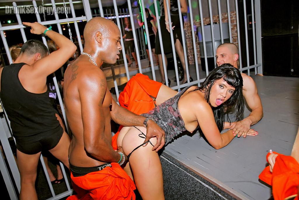 Накачанные мужики трахают выпивших красоток в ночном клубе 10 фото