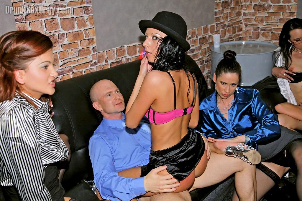 Накачанные мужики трахают выпивших красоток в ночном клубе 15 фото