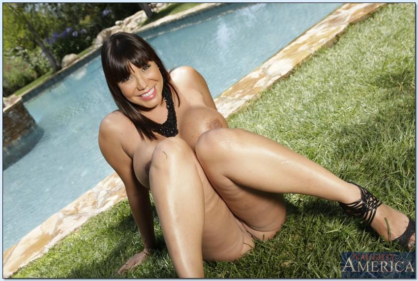 Азиатка Ava Devine мастурбирует голышом в тени у бассейна 7 фото