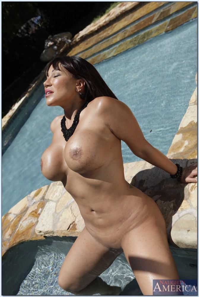 Азиатка Ava Devine мастурбирует голышом в тени у бассейна 13 фото