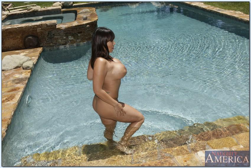 Азиатка Ava Devine мастурбирует голышом в тени у бассейна 15 фото